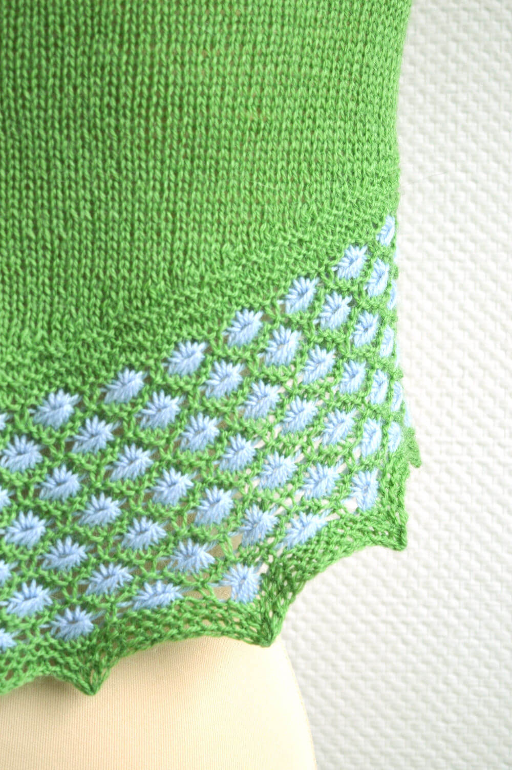 Knitting Pattern Marker : bloemen in het gras shawl La Visch Designs