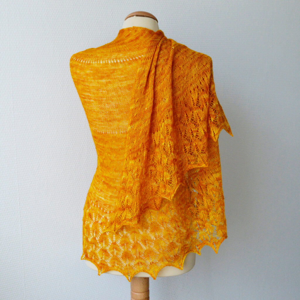 Zomerzon, a knitted lace shawl design by La Visch Designs